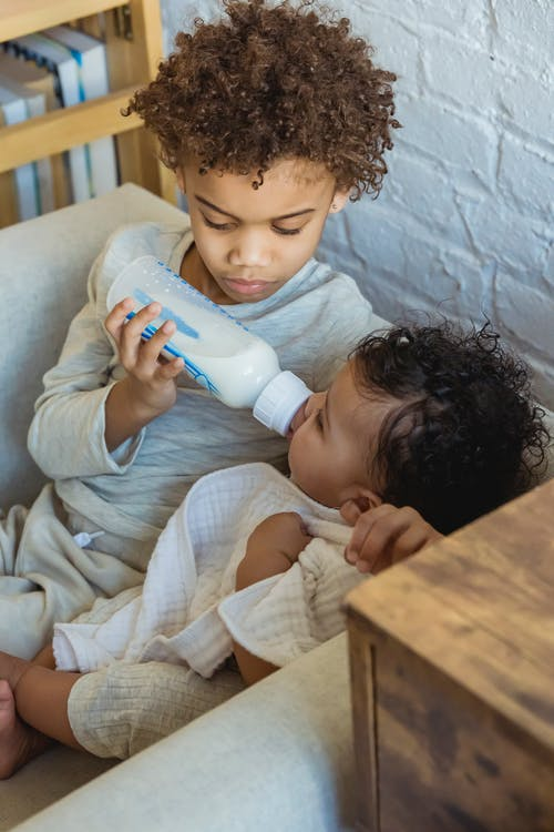 She Can Care for a Second Child - Why Are Many Moms Formula Feeding Their Babies - Baby Journey blog